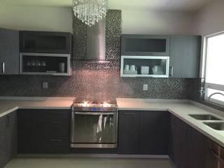 Cocina minimalista gris con cubierta de cuarzo: Cocinas equipadas de estilo  por K+A COCINAS Y ACABADOS DE MONTERREY SA DE CV