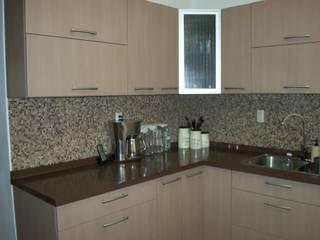 Cocina de aglomerado beige y cubierta de cuarzo: Cocinas equipadas de estilo  por K+A COCINAS Y ACABADOS DE MONTERREY SA DE CV