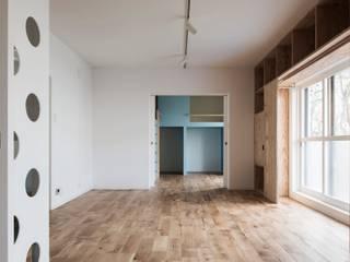 Salones de estilo  de 一色玲児 建築設計事務所 / ISSHIKI REIJI ARCHITECTS,