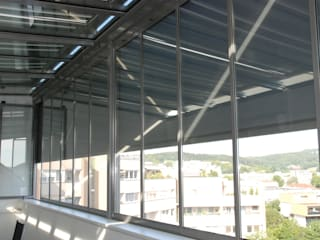 Chill-Lounge Sommergarten - thermisch getrenntes Überdachungssystem mit Schiebe-Dreh-Verglasungen von Sunflex Schmidinger Wintergärten, Fenster & Verglasungen Moderner Wintergarten Glas Grau