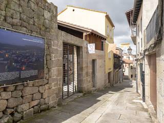Calle Lobariñas. Acceso a patio: Casas de estilo moderno de b+t arquitectos
