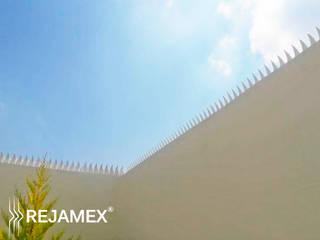 Picos de seguridad Modelo RMXPICOFLAME-001: Casas de estilo moderno por Rejamex