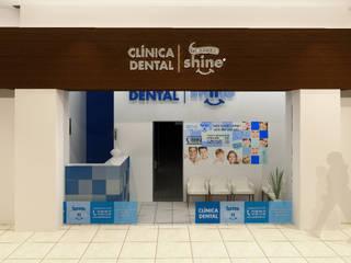 """Fachada al centro comercial """"Bugambilia Plaza"""": Clínicas / Consultorios Médicos de estilo  por Arq. Máximo Alvarado Bravo"""