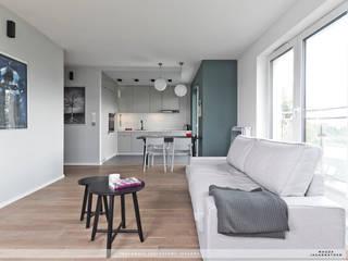 salon w warszawskim mieszkaniu: styl , w kategorii Salon zaprojektowany przez PRACOWNIA PROJEKTOWA JAGANNA