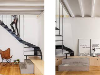 Escalera Salón: Salones de estilo  de Abrils Studio