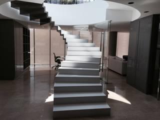 Vista acceso a oficinas: Casas de estilo moderno por MAC SPA
