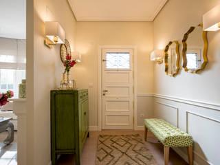 Diseño interior de vivienda con salón y cocina en verde y blanco Pasillos, vestíbulos y escaleras de estilo clásico de Sube Susaeta Interiorismo Clásico