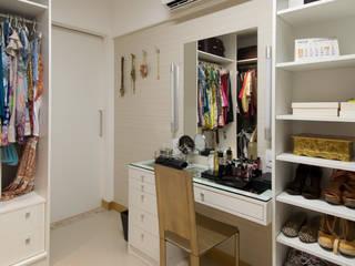 Dressing room by Bernal Projetos - Arquitetos em Salvador, Modern