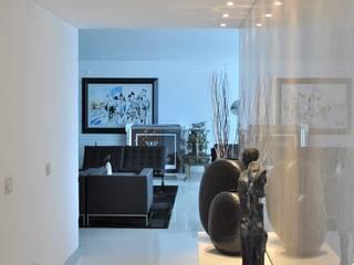 Corredor de acesso à Sala de estar: Corredores e halls de entrada  por Nuno Ladeiro, Arquitetura e Design