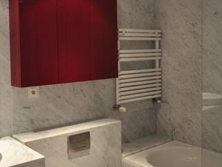 Apartamento no Parque das Nações: Casas de banho modernas por Nuno Ladeiro, Arquitetura e Design