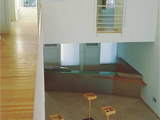 Podium de exposição: Salas de estar modernas por Nuno Ladeiro, Arquitetura e Design
