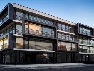 Edifício de habitação em V. N. de Tazém: Habitações multifamiliares  por Nuno Ladeiro, Arquitetura e Design