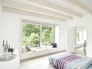 Schlafzimmer mit Sitzfenster und Blick in den Wald: moderne Schlafzimmer von KERSCH + HANSEN ARCHITEKTEN