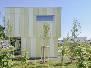Fassadentafeln in Grüntönen:  Einfamilienhaus von KERSCH + HANSEN ARCHITEKTEN