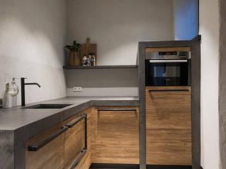 Bedrijfspand Bijdendijk: industriële Keuken door Molitli Interieurmakers