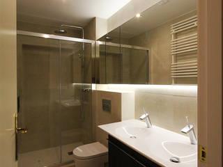 Bagno moderno di XTe Interiorismo Moderno