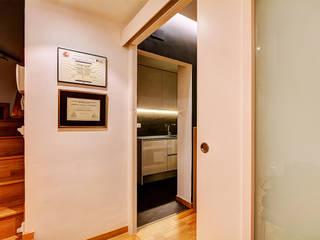 Ingresso, Corridoio & Scale in stile moderno di XTe Interiorismo Moderno