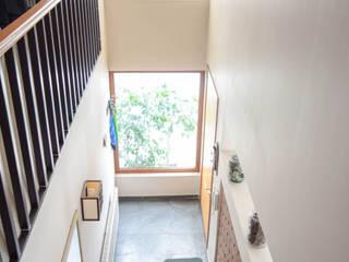 Mediterranean style corridor, hallway and stairs by Arqbau Ltda. Mediterranean