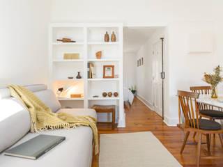 Arroios Studio - Living Room : Salas de estar  por Lola Cwikowski Interior Design Studio