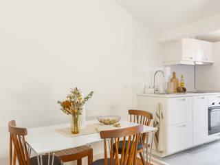 Arroios Studio - Dining room & Kitchen:   por Lola Cwikowski Interior Design Studio