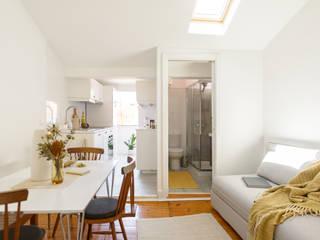 Arroios Studio - Living Room, Kitchen & Bathroom : Salas de estar  por Lola Cwikowski Interior Design Studio