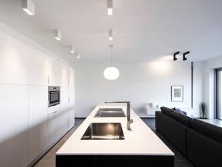 La Concorde Residence - Kitchen: Cozinhas embutidas  por Lola Cwikowski Interior Design Studio