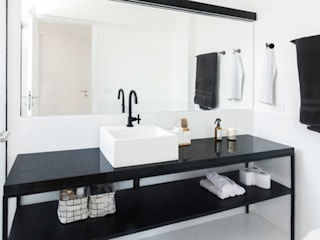 浴室 by INÁ Arquitetura, 簡約風