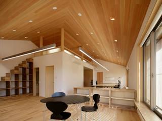 伊賀上野の家  事務所: 株式会社 森本建築事務所が手掛けたリビングです。