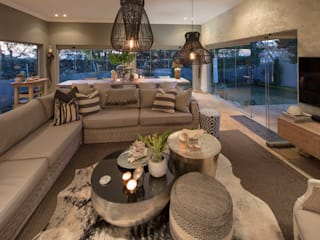 House Parkwood:  Living room by Spegash Interiors
