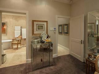 Couloir, entrée, escaliers classiques par Spegash Interiors Classique