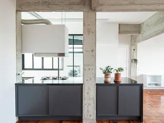 系統廚具 by INÁ Arquitetura, 現代風