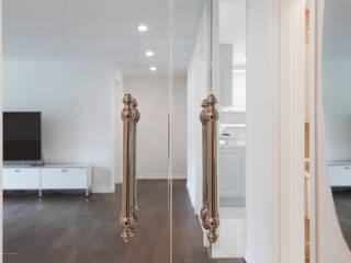Classic corridor, hallway & stairs by B house 비하우스 Classic