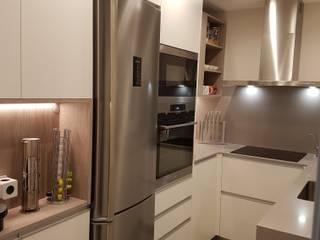 Aprovechando espacios: Cocinas integrales de estilo  de Taller de Disseny G+G S.L