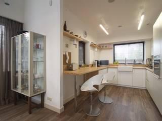 Современный загородный стиль Кухня в скандинавском стиле от anydesign Скандинавский