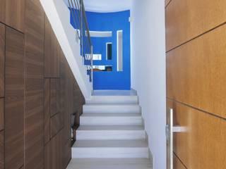 Vista ingresso : Ingresso & Corridoio in stile  di antoniodimaro&partners