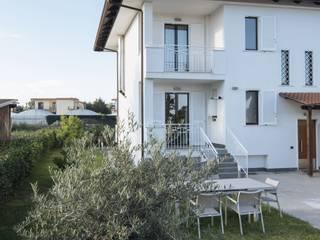 Vista giardino e prospetto esterno: Giardino anteriore in stile  di antoniodimaro&partners