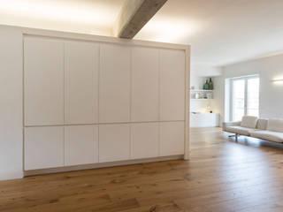 Minimalist corridor, hallway & stairs by studio di architettura Antonio Giummarra Minimalist