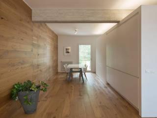 appartamento AK: Sala da pranzo in stile in stile Minimalista di studio di architettura Antonio Giummarra