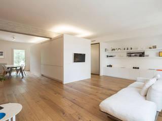 appartamento AK: Soggiorno in stile in stile Minimalista di studio di architettura Antonio Giummarra