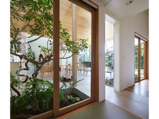 坪庭越しのLDK: 藤原・室 建築設計事務所が手掛けた階段です。,