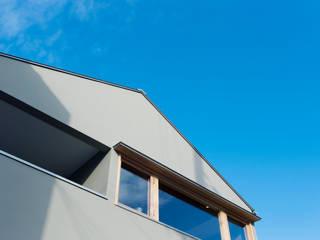 吹き抜けのある家: ELD INTERIOR PRODUCTSが手掛けた窓です。