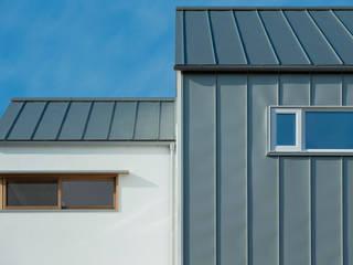 三角屋根の家: ELD INTERIOR PRODUCTSが手掛けた木造住宅です。