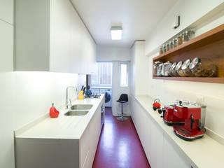 Cuisine intégrée de style  par Crescente Böhme Arquitectos, Moderne Béton