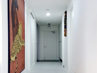 Modern Corridor, Hallway and Staircase by 디자인담다 Modern