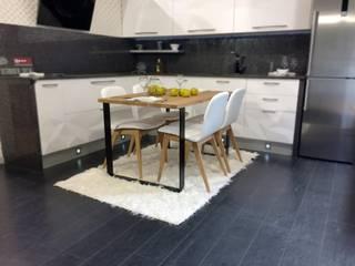 mesa de comedor de estilo vintage en madera y blanco:  de estilo  de Tusmesasysillas.com