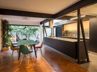 Comedores minimalistas de Crescente Böhme Arquitectos Minimalista Madera Acabado en madera