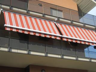 TENDE DA SOLE CON CASSONETTO CHIUSURA TOTALE: Condominio in stile  di Grosso Tende Srl
