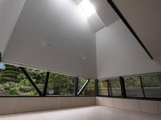 Salones de estilo minimalista de 石川淳建築設計事務所 Minimalista