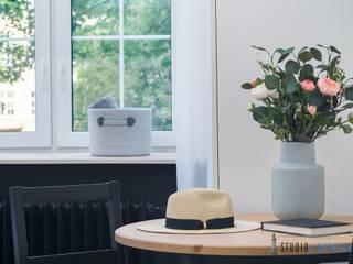 Przytulna kamienica w samym sercu Gdańskiej starówki: styl , w kategorii Sypialnia zaprojektowany przez studiolighthouse.pl - fotografia wnętrz