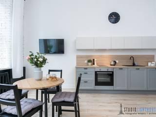 Przytulna kamienica w samym sercu Gdańskiej starówki: styl , w kategorii Salon zaprojektowany przez studiolighthouse.pl - fotografia wnętrz